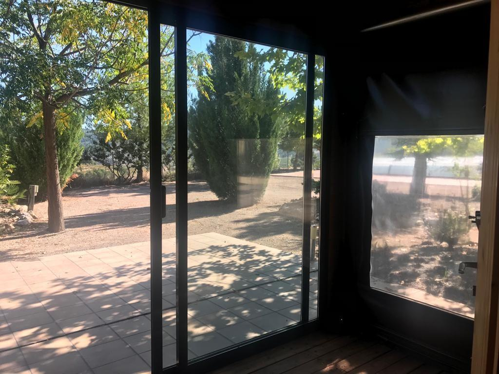 Casa de campo de madera con piscina